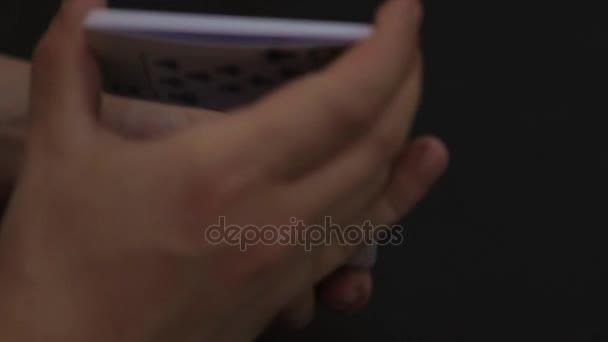 Muž ruce míchání karet poker na černém pozadí