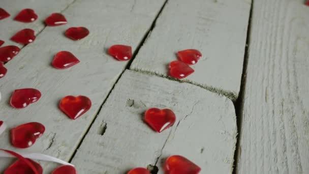 Pomalé detail snímku záběr červené srdce na tyčce s láskou textem, s červeným srdcem a okolí. Valentinky den