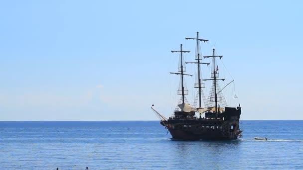 Kemer, Turecko - 20. června 2018: Turistická pirátská loď plující po moři v Antalyi, Turecko