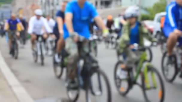 Lidé jezdí na kole na amatérské jízdě na kole v blured