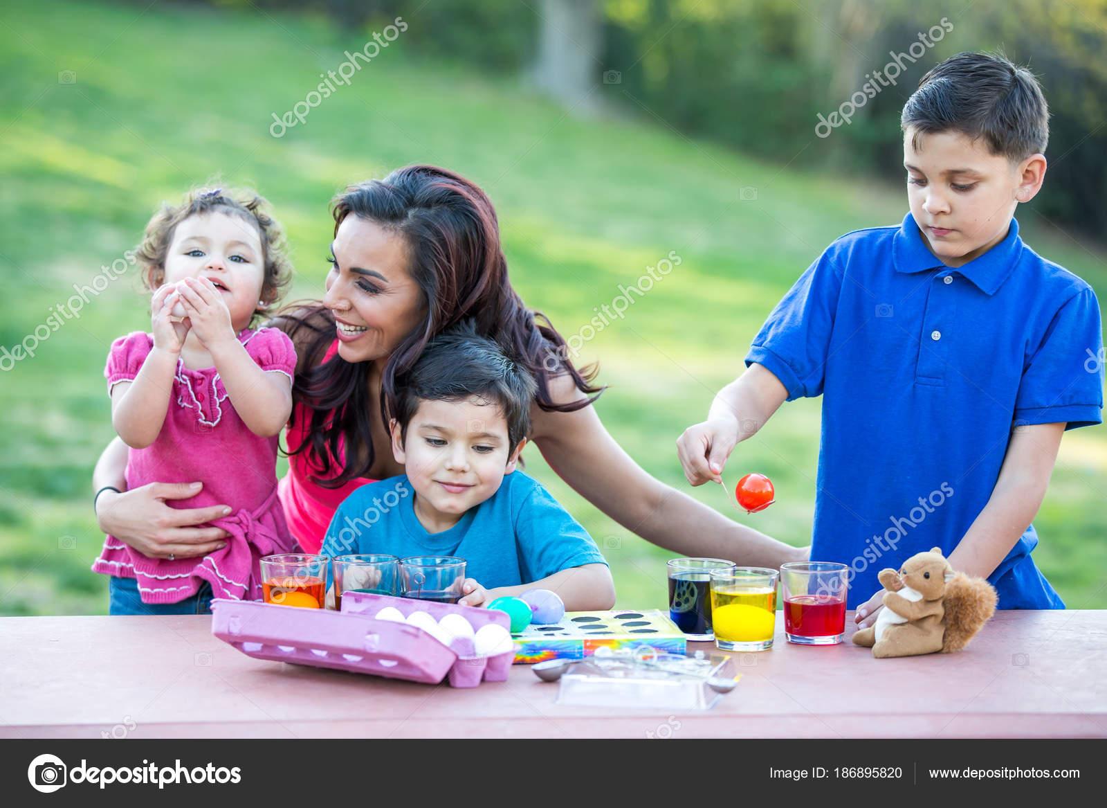 Coloriage Paques Famille.Famille Coloriage Des Oeufs Paques Photographie Deborahkolb