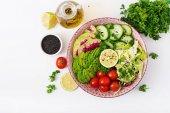 Veganská salát z čerstvé zeleniny