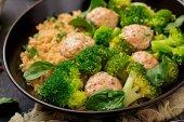 Pečené karbanátky kuřecí řízek s oblohou quinoa s vařenou brokolicí v misce