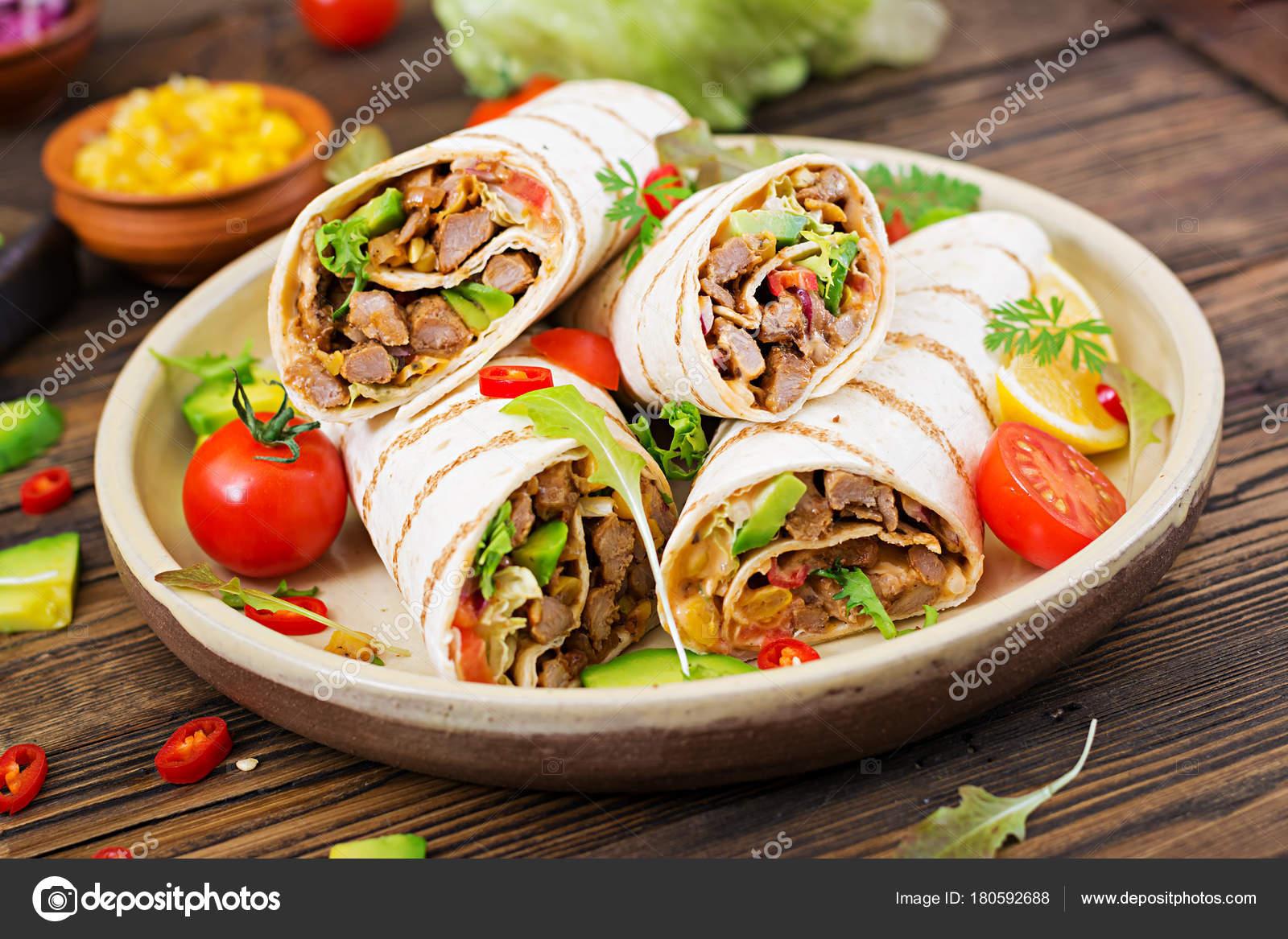 Burrito Wraps Mit Rindfleisch Und Gemüse Auf Einem Hölzernen ...