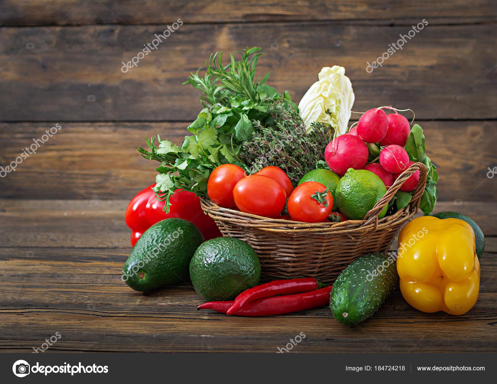 Смешанные овощи на вилке. Концепция диета. Риск ожирения. Свежие.