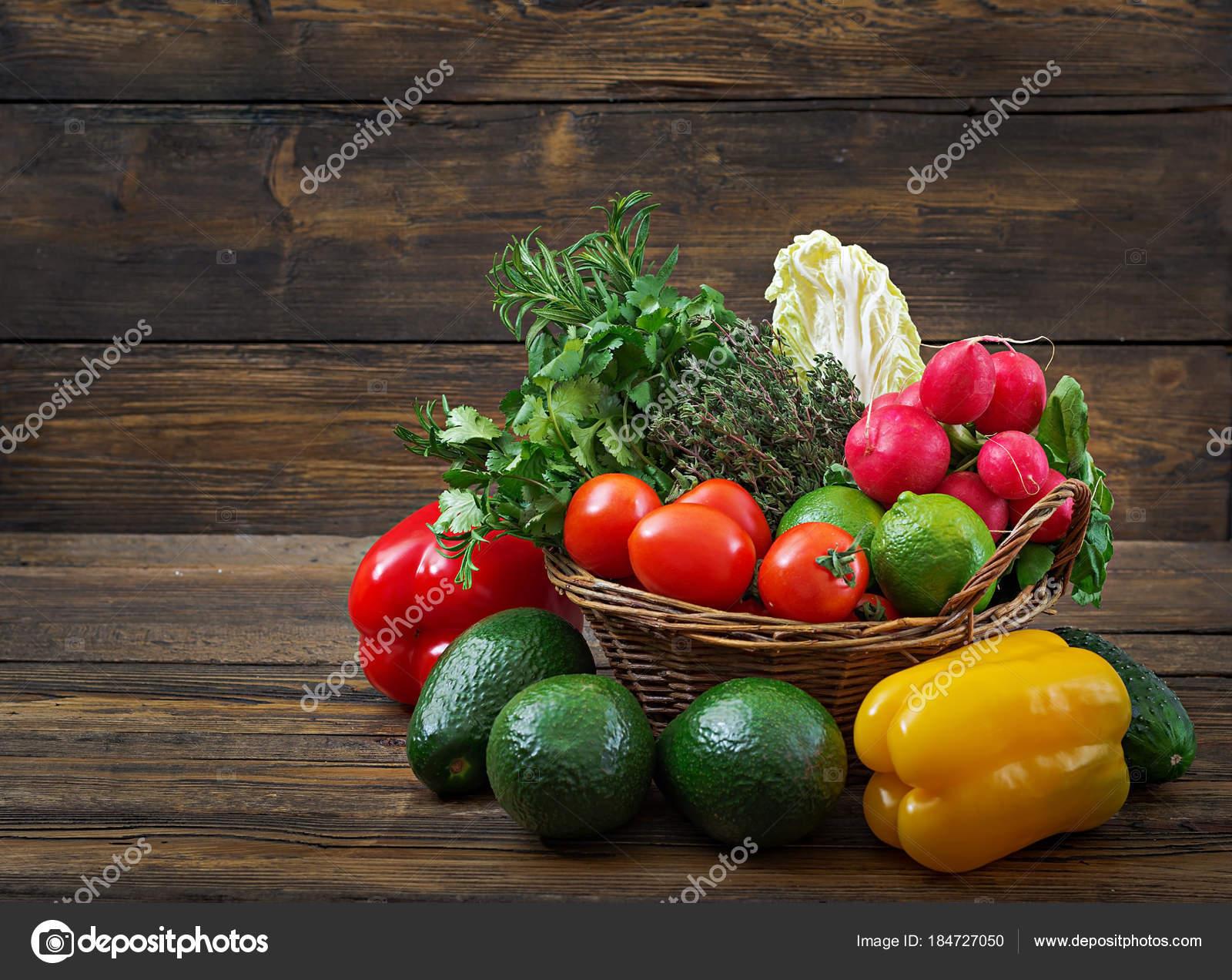 Сырые органические овощи детокс диета концепция здорового питания.