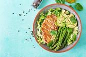 grilované kuřecí řízek s chřestem a grilovanou avokádo, zdravá strava
