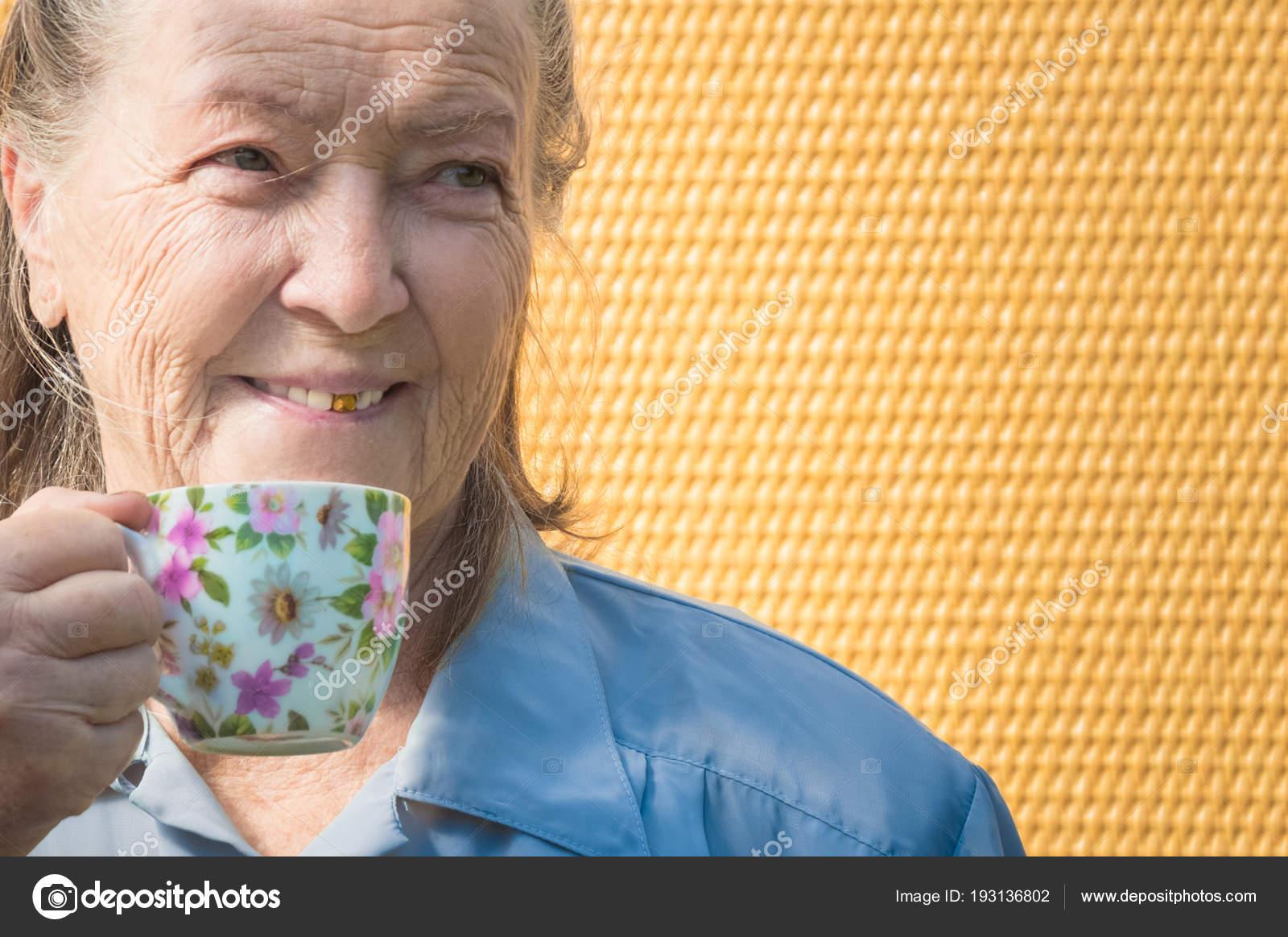Granny Chaude portrait de vieille grand-mère en plein air à jour de soleil. granny