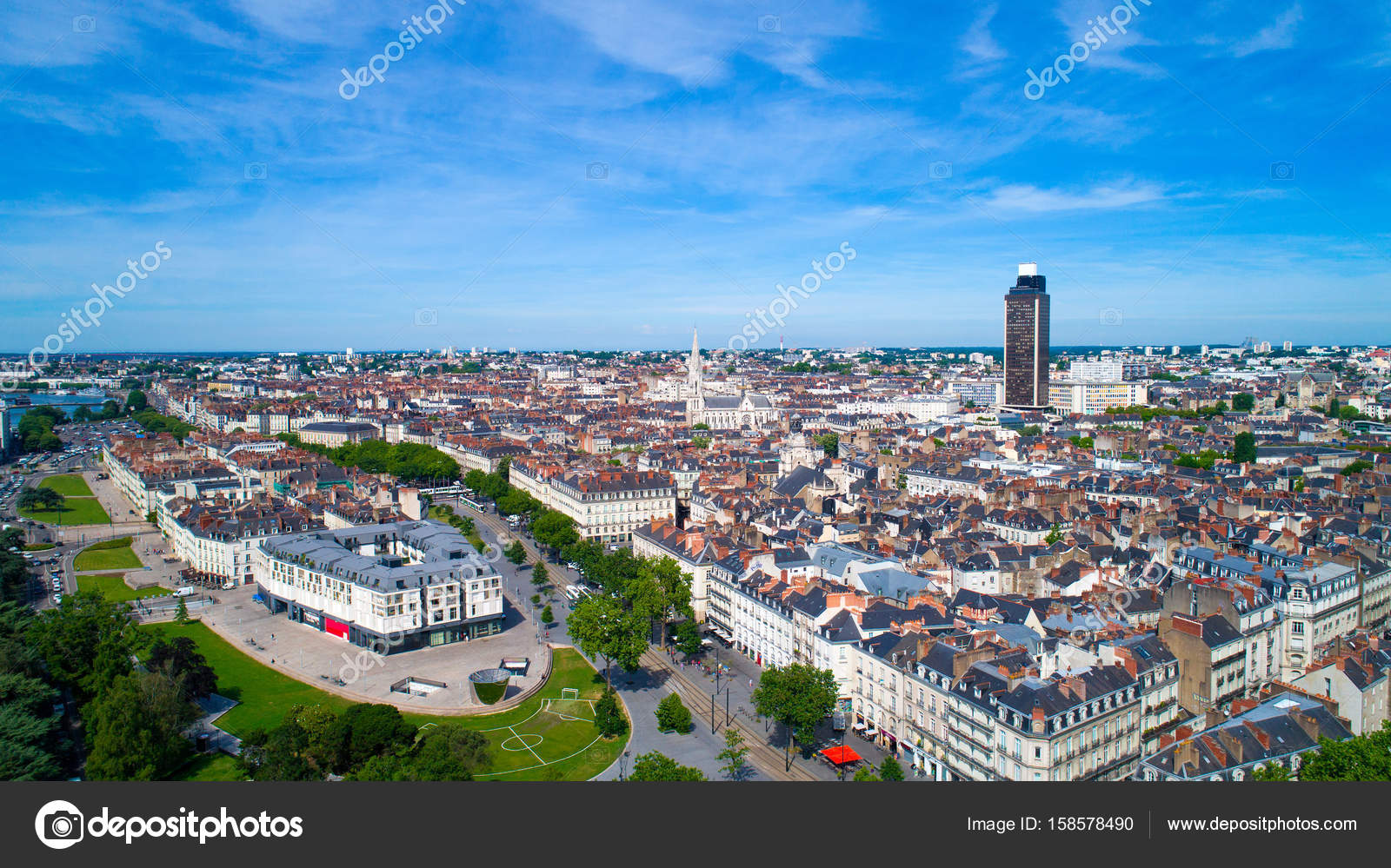 vista a rea en el centro de la ciudad de nantes francia foto de stock altitudedrone 158578490. Black Bedroom Furniture Sets. Home Design Ideas