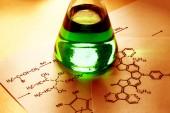 Chemieröhrchen mit Reaktionsformel