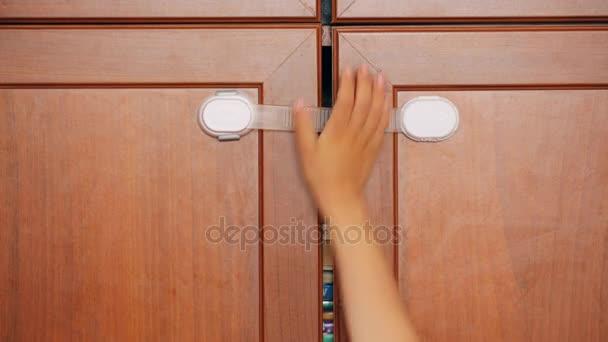Sicherheitsschloss für Möbel und Kinderhand drauf