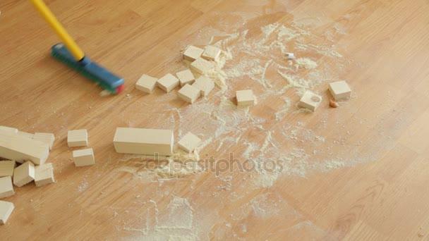 Zametání dřevěných pilin z podlahy