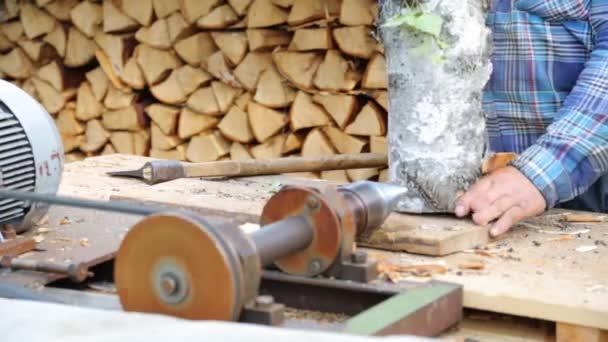 Sekání čerstvé Březové dřevo