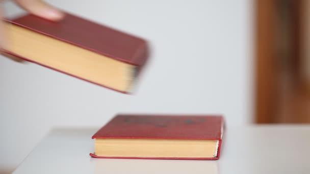 egy halom könyv az asztalon.