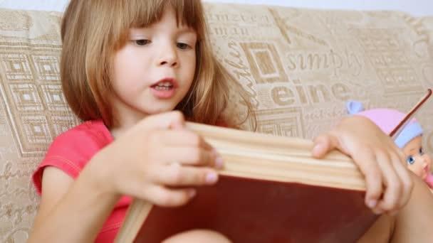 A kislány egy nagy könyvet olvas