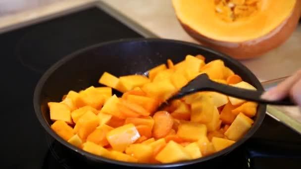 Pečená mrkev a dýni v pánvi