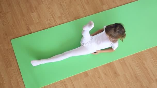 Petite Fille Exercice Sur Tapis De Sol Video Garsya C 171159148
