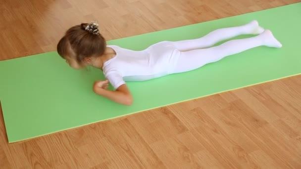 Gyakorlása a lábtörlőt kislány