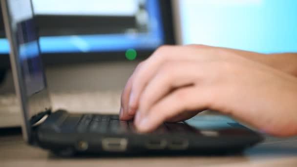 Fingertippen auf der Tastatur