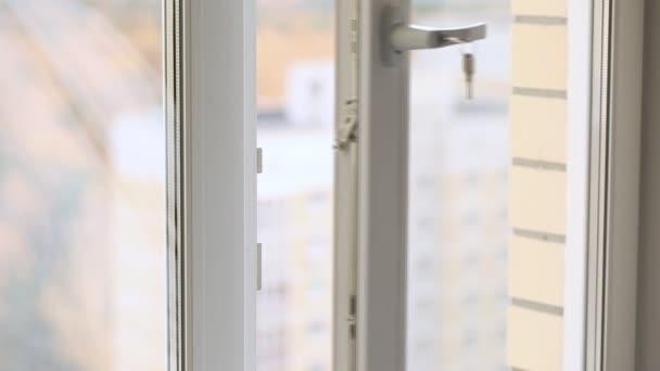 Nebezpečné situace s dítětem u otevřeného okna