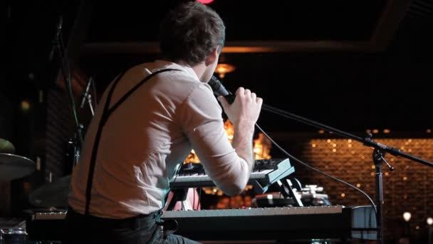 Zenész énekel a színpadon