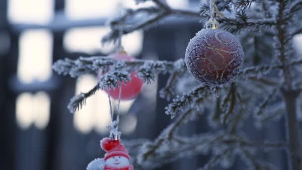Díszített karácsonyfa kívül