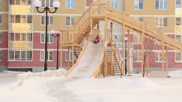 Kind reitet auf Folien auf Spielplatz