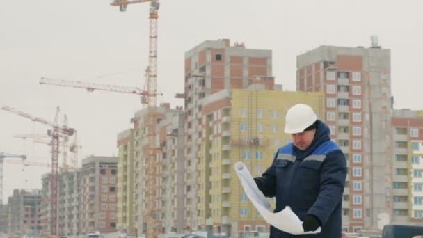 Předák papíru výkresu plánu na stavební projekt
