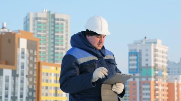 Mistr s počítačem tablet na hlavní stavební projekt