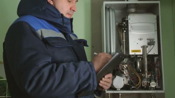 Arbeiter überprüft Gasfeuerungskessel