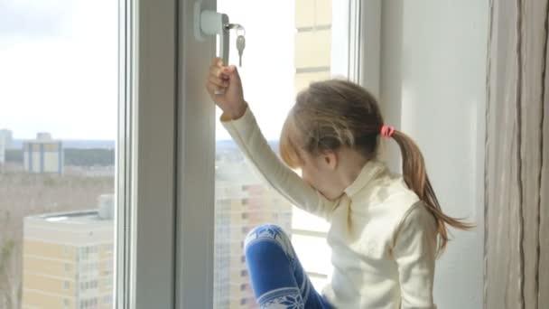 Malá holčička na okenní parapet