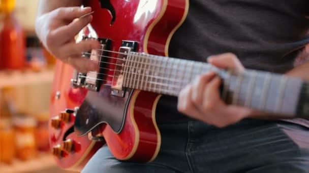 hudebník hrající na elektrickou kytaru