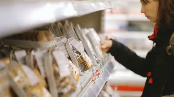 Žena výběr potravin v obchodě