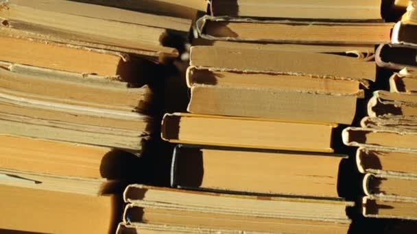 Stapel alter Bücher im Sonnenlicht