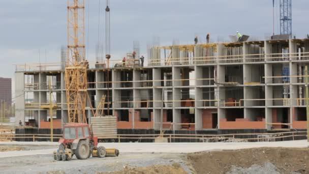 Pracovníci pracující na staveništi