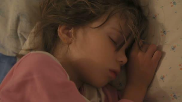 Malá holčička spí ve své posteli