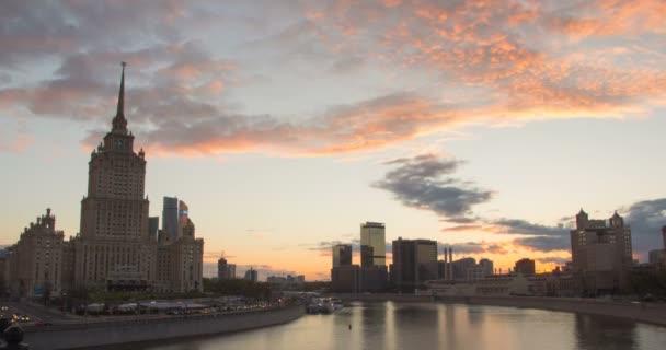 Zanikla panorámatu města při západu slunce s pohyb mraků a kancelářské budovy v pozadí