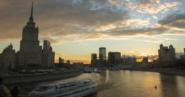 Timelapse panoráma města při západu slunce s pohyb mraků a kancelářské budovy v pozadí