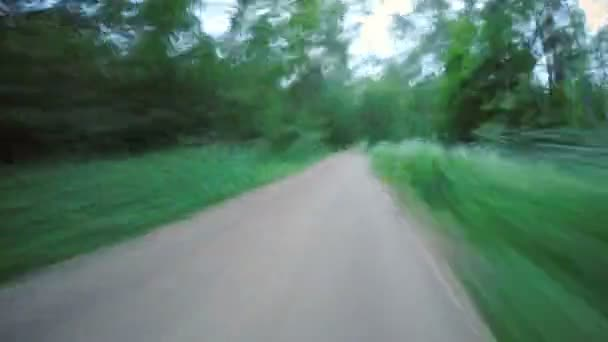 Timelapse z jízdy na kole podél cesty v lese
