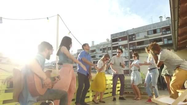 Menschen tanzen auf der Dachterrassenparty