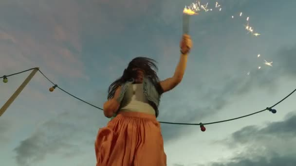 Žena, skákání s ohňostroj svíčka