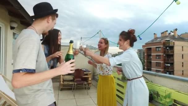 Mann trinkt Champagner mit Freunden
