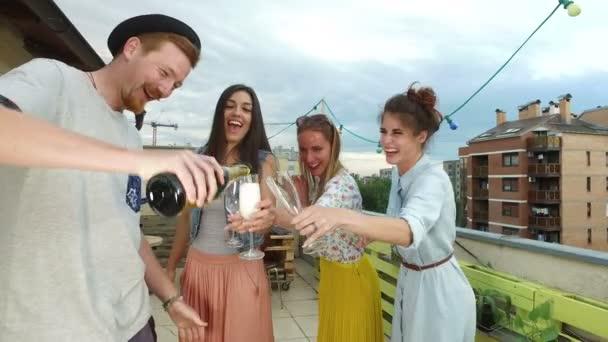 Hipster Mann Gießen Champagner zu seinem schönen Freundinnen