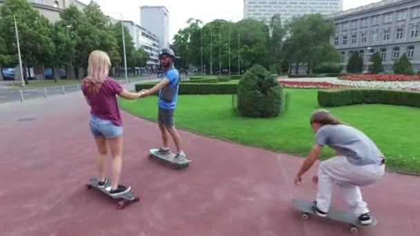 Skateboardista pod přátel