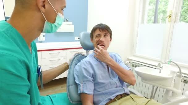 Zubní asistentka vyšetřují pacient