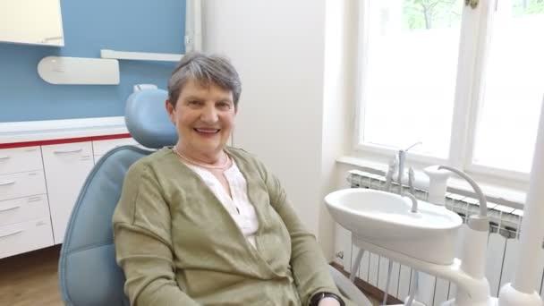 starší pacientka u zubaře