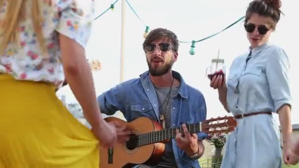 hudebníci hrají na kytaru a ukulele