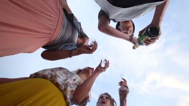 Mann Eröffnung Champagner