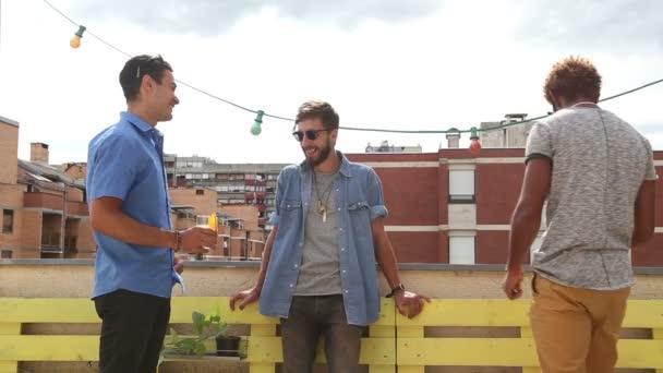 Freunde stehen auf Dachterrasse