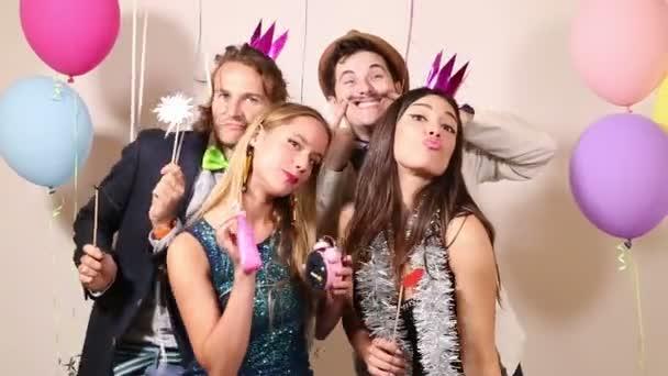 přátelé v party photo booth